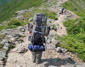 attaches extérieurs sur un sac à dos de randonnée