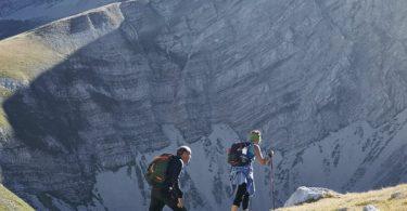 Randonneurs qui marchent dans la montagne